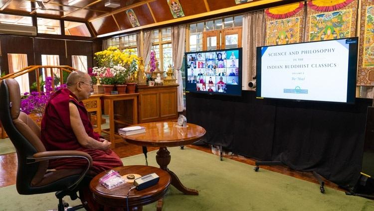Его Святейшество Далай-лама рассматривает на экране обложку вышедшей в свет книги «Наука и философия в индийской буддийской классической литературе, том 2: Сознание», переведенной на английский язык. Дхарамсала, штат Химачал-Прадеш, Индия. 13 ноября 2020 г. Фото: дост. Тензин Джампхел.