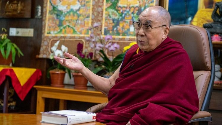 Его Святейшество Далай-лама обращается к слушателям во время онлайн презентации книги «Наука и философия в индийской буддийской классической литературе, том 2: Сознание». Дхарамсала, штат Химачал-Прадеш, Индия. 13 ноября 2020 г. Фото: дост. Тензин Джампхел.