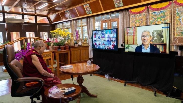 Его Святейшество Далай-лама слушает обращение редактора серии Туптена Джинпы, говорящего о важности серии книг «Наука и философия в индийской буддийской классической литературе». Дхарамсала, штат Химачал-Прадеш, Индия. 13 ноября 2020 г. Фото: дост. Тензин Джампхел.